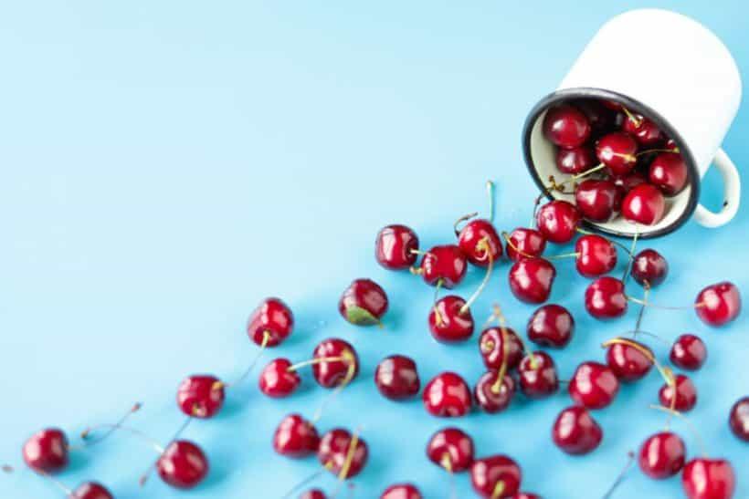 Frisches Obst wie Kirschen gehören zu Minimalismus und Ernährung