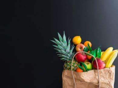 Obst in einer Papiertüte, bei einer veganen Ernährung kriegt man alle Lebensmittel auf dem Wochenmarkt