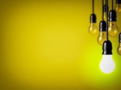 Eine leuchtende Glühbirne sinnbildlich für die Erkenntnis, dass man ein Vorbild für andere sein kann.
