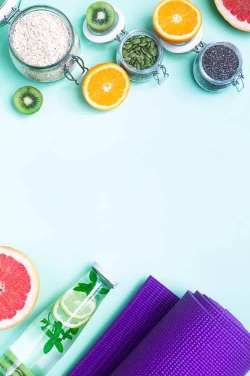 mit Zitronenwasser, Obst und gesunden Fetten zum Fitness, die vegane Ernährung unterstützt beim Sport.