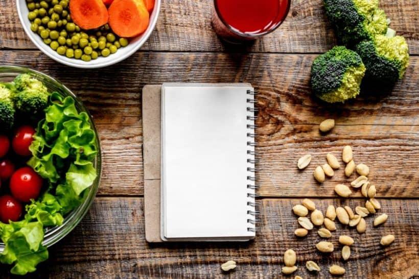 Salt, Brokkoli und gesunde Fette dürfen in einer gesunden veganen Ernährung nicht fehlen