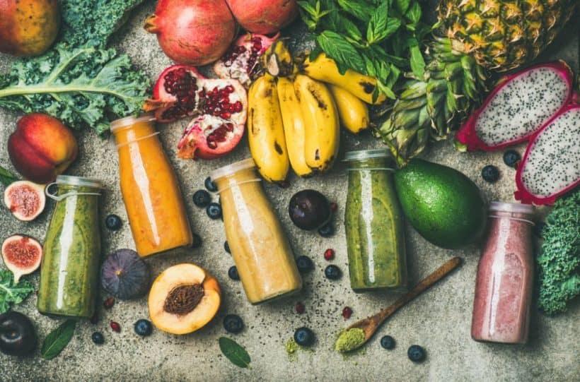 vegane Ernährung mit viel Obst und grünem Gemüse hat viele Vorteile